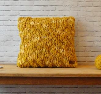 Almohadón t1ejido Flamé artesanal Mostaza (1)