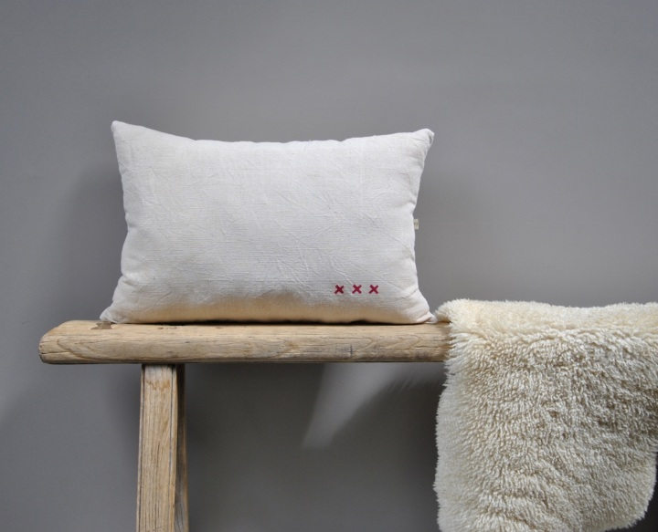 almohadon lino washed off white detalle rojo